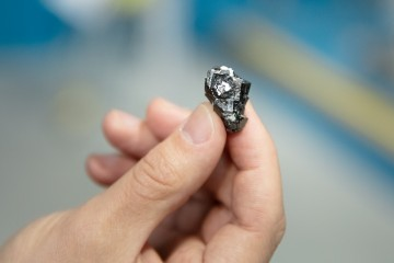Researchers from Aarhus University, Denmark, are using neutron scattering at Oak Ridge National Laboratory to develop a novel technique to analyze materials exhibiting exotic types of magnetic behavior. Shown here is bixbyite, a manganese oxide mineral found in South Africa, that experiences an unusual magnetic phase transition at low temperatures. (Credit: ORNL/Genevieve Martin)